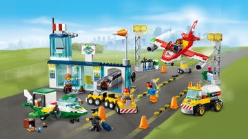 LEGO Juniors - 10764 City Central Airport - Welcome to the busy airport! Airport workers transport the luggage, refuel planes with a special truck, place cones to show the planes where to land and much more.