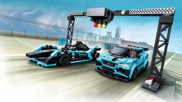 Formula E Panasonic Jaguar Racing GEN2 araba ve Jaguar I-PACE eTROPHY