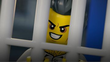 Escape from LEGO® City Sky Police Air Base - Catch the Crooks' Crime Boss!